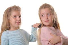 Cheveu de brossage de soeurs d'enfant jumel Image stock