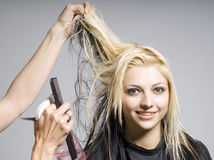 Cheveu de découpage de coiffeur photographie stock libre de droits