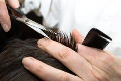 Cheveu de découpage de coiffeur Image libre de droits
