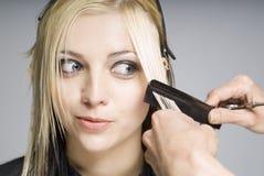 Cheveu de découpage de coiffeur avec le peigne photo stock