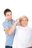 Cheveu de femme de découpage de coiffeur photo stock