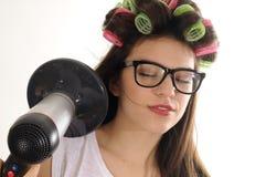 Cheveu de séchage de fille de styliste Photographie stock libre de droits
