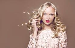 cheveu Femme de beauté avec les cheveux rouges bouclés sains et brillants très longs Image libre de droits