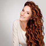 Cheveu rouge. Femme avec le beau cheveu bouclé Photos stock