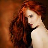Cheveu rouge. Verticale de fille de mode Photographie stock