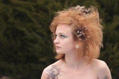 Cheveu taquiné orange rouge avec les fleurs mortes Photo stock