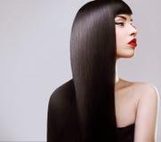 Cheveux. Belle femme avec de longs cheveux sains. Lèvres rouges Photo libre de droits