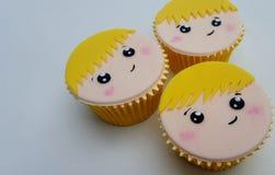 Cheveux blonds de petits gâteaux de visage de garçon Photographie stock libre de droits