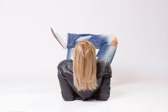 Cheveux blonds, femme mûre se trouvant sur le dos de plancher Image libre de droits