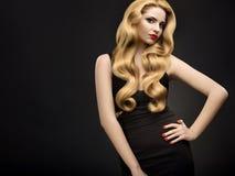 Cheveux blonds. Portrait de belle femme avec de longs cheveux onduleux image stock