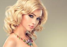 Cheveux bouclés blonds de fille avec du charme photos libres de droits