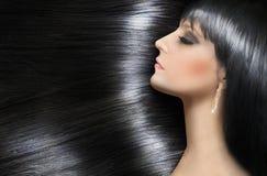 Cheveux brillants de rondin d'une belle brune Images stock