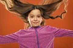 Cheveux brillants sains de fille d'enfant longs Peu fille ?l?vent de longs cheveux Enfant de enseignement habitudes saines de soi photos stock
