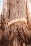 Cheveux bruns droits avec le plan rapproché en bois de peigne photos libres de droits