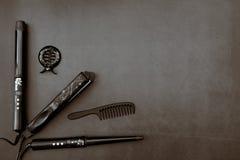 Cheveux dénommant des accessoires à l'arrière-plan noir et gris photographie stock libre de droits