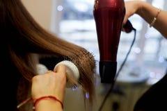 Cheveux dénommant une brosse ronde Séchage et pose sur un peigne rond photos libres de droits