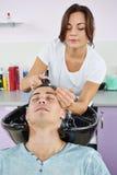 Cheveux d'homme lavant dans le salon de coiffure photos libres de droits