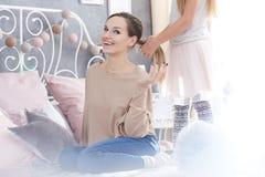 Cheveux de brossage du ` s de mère de fille Photographie stock libre de droits