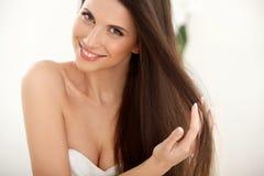 Cheveux de Brown. Belle femme avec de longs cheveux. Photo libre de droits