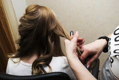 Cheveux de clients de tressage de coiffeur Photographie stock libre de droits