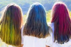 Cheveux de couleur enfants avec l'art créatif Partie heureuse de la jeunesse Vibraphone de ressort d'optimiste maquillage au n?on photos stock