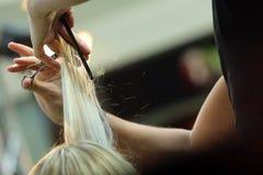 Cheveux de coupe de coiffeur Photographie stock