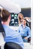 Cheveux de coupe de coiffeur pour hommes, tir dans le miroir Images stock