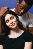 Cheveux de femme blanche de caresse d'homme de couleur, couple dans l'amour Photos libres de droits