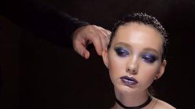 Cheveux de fixation de coiffeur de femme magnifique avec la laque Fond foncé banque de vidéos