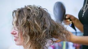 Cheveux de kératine se redressant à la maison banque de vidéos