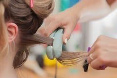 Cheveux de kératine se redressant à la maison Photos libres de droits