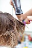 Cheveux de kératine se redressant à la maison Photo libre de droits