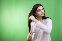 Cheveux de l'adolescence de peigne de fille Image libre de droits