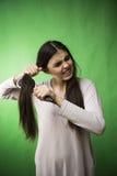 Cheveux de l'adolescence de peigne de fille Photo stock