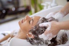 Cheveux de lavage de coiffeur Photo libre de droits