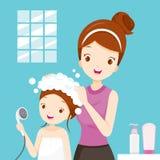 Cheveux de lavage de fille de mère dans la salle de bains Image libre de droits