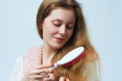 Cheveux de peigne de femme image libre de droits