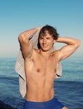Cheveux de séchage d'homme à la plage Photo libre de droits