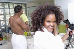 Cheveux de séchage de femme dans la salle de bains Photographie stock