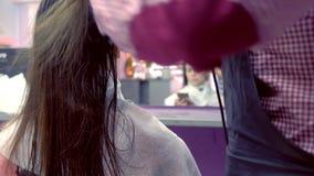 Cheveux de s?chage de coiffeur avec le s?che-cheveux Renforcement des cheveux avec de la k?ratine clips vidéos