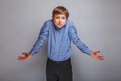 Cheveux européens de brun d'aspect d'adolescent de garçon augmentés Photographie stock libre de droits