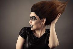 Cheveux luxuriants émouvants étonnés de femme de brune sur la tête Image stock