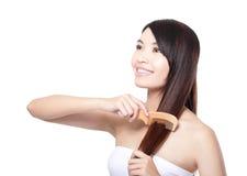Cheveux merveilleux de peigne de jeune femme Photo libre de droits