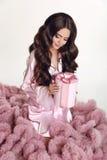 Cheveux onduleux de beauté Jolie verticale de fille de brunette Longs poils onduleux Photographie stock