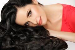 Cheveux. Portrait de belle femme avec les cheveux onduleux noirs. Image libre de droits