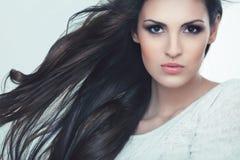 Cheveux. Portrait de belle femme avec les cheveux onduleux noirs. Photographie stock libre de droits