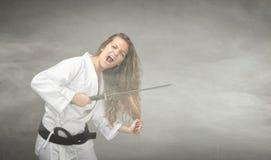 Cheveux radicaux coupés avec l'épée photographie stock libre de droits