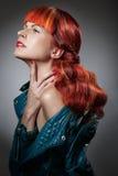 Cheveux rouges Verticale de fille de mode Photographie stock libre de droits