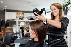Cheveux séchants après coupe de cheveux photos libres de droits