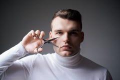 Cheveux s?rs machos de coupe de coiffeur Concept de service de raseur-coiffeur ?quipement professionnel de coiffeur Coupez le che image libre de droits